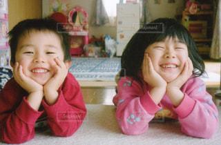 頬杖ついてる笑顔の子供たちの写真・画像素材[825681]