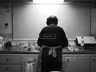 キッチンに立つ義母の写真・画像素材[1177273]