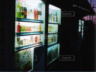 夜明けの自販機の写真・画像素材[1247435]