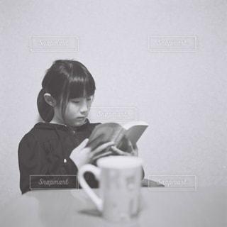 読書する女の子の写真・画像素材[1557952]