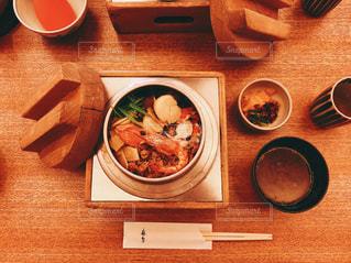 木製のテーブルの上に食べ物のボウルの写真・画像素材[1199067]