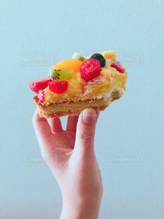 内定祝いの食べかけタルトの写真・画像素材[1207255]