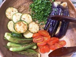 食べ物,夏,食事,木,トマト,野菜,食品,オクラ,ネギ,お皿,食材,ズッキーニ,夏野菜,フレッシュ,ベジタブル,ソテー,ナス,トング,焼き野菜,木のお皿