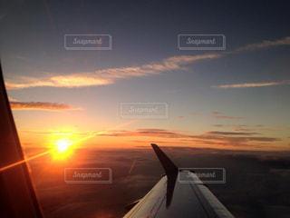 雲に沈む夕焼けの写真・画像素材[955876]