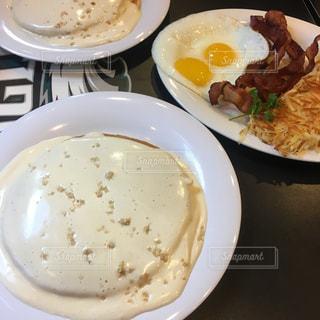 テーブルの上の皿の上に食べ物のボウルの写真・画像素材[813379]