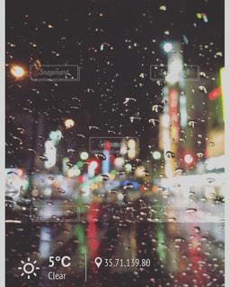 雨の夜に人々 のグループの写真・画像素材[822461]