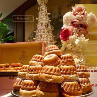 テーブルの上に食べ物の束の写真・画像素材[877008]