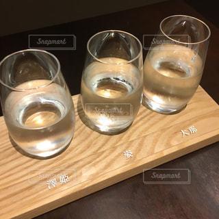 テーブルの上に水のガラスの写真・画像素材[931546]