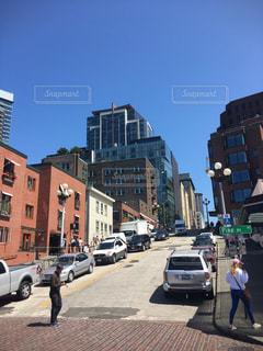 忙しい街の通りを歩いて人々 のグループの写真・画像素材[998382]
