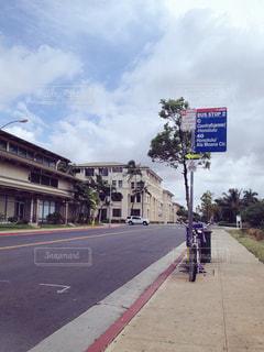 ハワイにてバスを待ってるところ🚌の写真・画像素材[1002500]