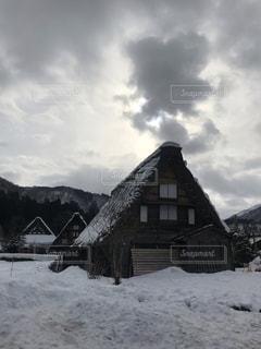雪に覆われた家の写真・画像素材[1790481]