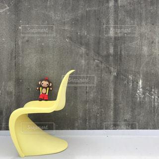 自然,建物,動物,屋外,かわいい,黄色,アート,景色,椅子,ぬいぐるみ,チェアー,イエロー,のんびり,キュート,きいろ,モンキー,yellow,座席,さる,monkey,穏やかな時間