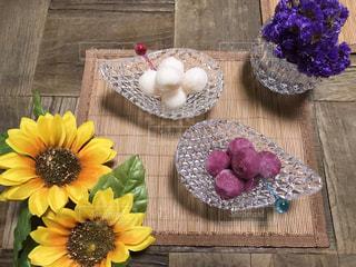 テーブルの上の花の花瓶の写真・画像素材[1406982]