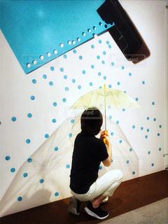 男性,雨,傘,アート,美術館,ドット柄,梅雨,天気,雨の日,雨模様,パンチ,画用紙
