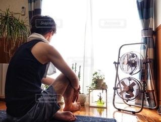 男性,夏,屋内,窓,カーテン,扇風機,人物,観葉植物,家電,電化製品