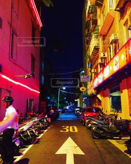 夜通り都市でバイクに乗る男の写真・画像素材[924740]