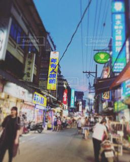 街の通りを歩いている人のグループの写真・画像素材[924742]