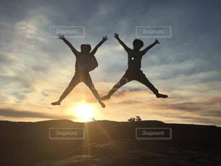 夕焼け,ジャンプ,バンザイ,シルエット,逆光,ハワイ,ハワイ島,新婚旅行,新婚,2ショット