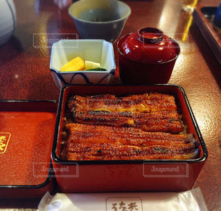 テーブルの上に食べ物のトレイ - No.759131