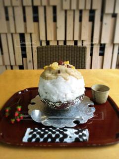 近くに皿の上のケーキのアップ - No.810273