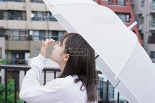 女性,20代,傘,東京,女の子,都会,横顔,屋上,朝,雨上がり,梅雨,ビニール傘,ジャケ写風