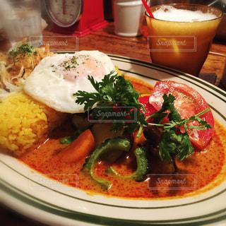 テーブルの上に食べ物のプレートの写真・画像素材[781970]
