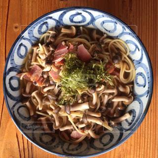 木製のテーブルの上に食べ物のプレート - No.781985