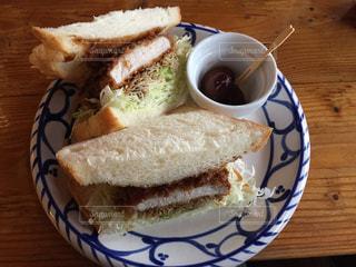 サンドイッチとコーヒーのカップとプレートの写真・画像素材[782016]