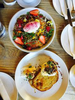 テーブルの上に食べ物のプレートの写真・画像素材[922232]