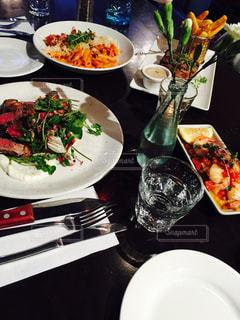テーブルの上に食べ物のプレートの写真・画像素材[922259]