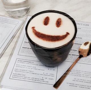 テーブルの上のコーヒー カップの写真・画像素材[927811]