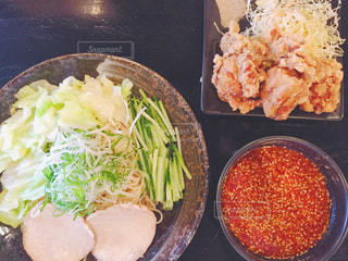 テーブルの上に食べ物のボウルの写真・画像素材[1037116]