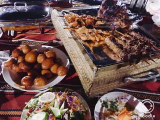 ドバイの砂漠のど真ん中でアラブ料理^ ^!!の写真・画像素材[832078]