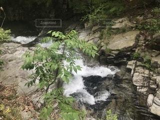 岩が多い区域で大きな滝の写真・画像素材[1160591]