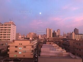 夕焼けに染まる水色の空の写真・画像素材[1358922]
