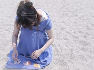 貝で遊ぶ女の子の写真・画像素材[2237331]