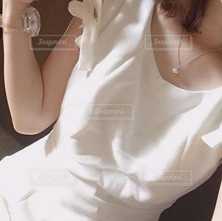 白いワンピースを着た女性の写真・画像素材[2270619]