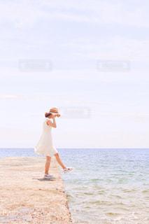 浜辺に立っているの写真・画像素材[2316071]