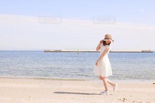 浜辺に立っている人の写真・画像素材[2431853]