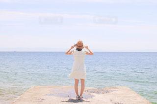 浜辺に立っている人の写真・画像素材[2555857]