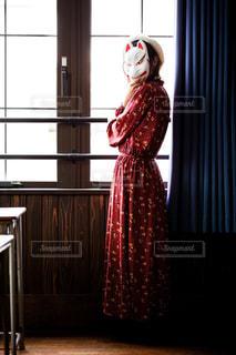 窓の前に立っている人の写真・画像素材[2698456]