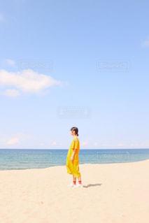 砂浜の上に立つ女の子の写真・画像素材[2776790]