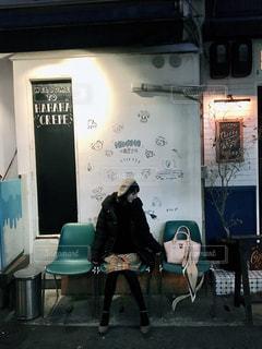 女性,ファッション,風景,黒,ベレー帽,椅子,人物,オシャレ,人,家具,神戸,コーディネート,コーデ,パンプス,テキスト,ブラック,黒コーデ,インスタ映え,オシャレスポット