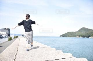 女性,1人,ファッション,風景,空,屋外,黒,水面,人物,人,コンクリート,コーディネート,コーデ,ブラック,はしゃぐ,黒コーデ