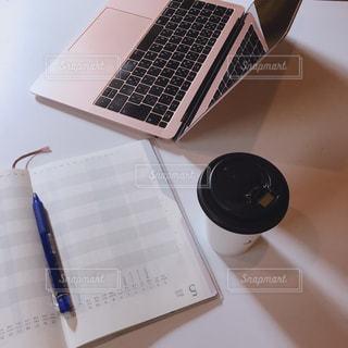 パソコンとコーヒーの写真・画像素材[2878451]