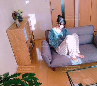 ソファーに座っている人の写真・画像素材[2979278]