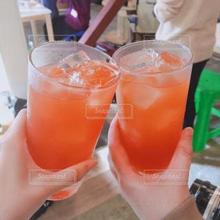 女性,飲み物,ジュース,オレンジ,果物,人物,人,イベント,レモン,グラス,カクテル,乾杯,ドリンク,パーティー,手元,飲料,ソフトド リンク,オレンジ ジュース,フルーツ シロップ,ピンク レディー,オレンジ色のソフトド リンク,ピンク ・ ジン