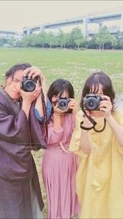 カメラを構える3人組の写真・画像素材[3379487]