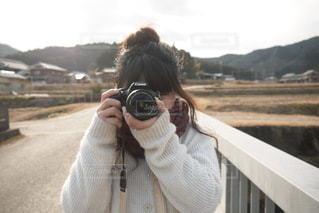 カメラを持っている女の子の写真・画像素材[3379491]