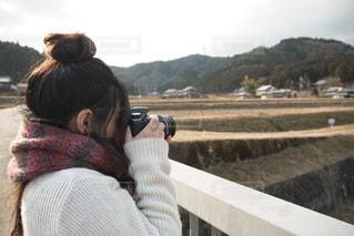 写真を撮ってる女の子の写真・画像素材[3379492]
